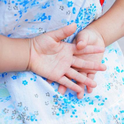 子供の手(保育園に預けてアフィリエイトをする後ろめたい気持ちのイメージ画像)